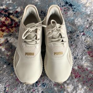 PUMA Defy Beige Stitched Croc Sneakers Size 7
